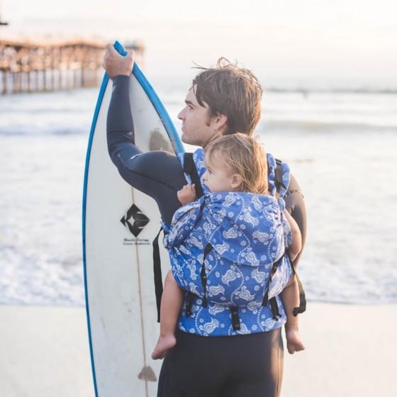Emeibaby Easy Babysize Baali Marine situation avec papa surfeur